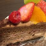 パティスリー グーテ - 料理写真:生チョコレートケーキ  フルーツ一杯やけど酸っぱいわ