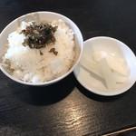 らーめん屋 たつし - ご飯150円と漬物、高菜?