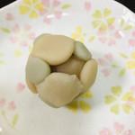和菓子店 青洋 - こなし。小さく丸めた餡が可愛らしい。
