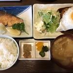 つくば屋 - 料理写真:日替わり定食(ハンバーグ+ブリの塩焼きをセレクト)1000円