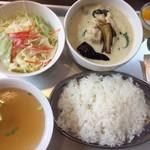 タイ東北モーラム酒店 - 鶏グリーンカレー(バイマックルー、ホーリーバジル、そしてナマ唐辛子のパンチが効いて美味美味。少し大粒のジャスミンライスです。¥880