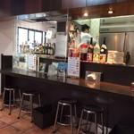 タイ東北モーラム酒店 - カウンターキッチン。道路側でテイクアウトやってます。