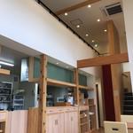ソバ カフェ 渓水 - 開放的な店内