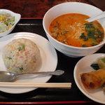 美味しい屋 - ランチ(坦々緬、チャーハン、春巻きと野菜の和え物、サラダ、680円)