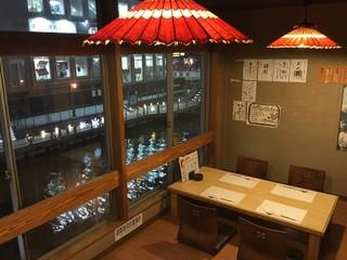 道頓堀 酒処 喜多蔵  - 人気の座敷席。窓の外には道頓堀川とミナミの夜景が望めます。