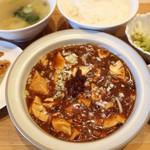 101802607 - 唐辛子山盛り激辛麻婆豆腐定食                       激辛といっても味噌の甘さも感じられる。餃子、スープ、一品、ご飯付。
