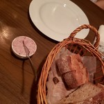 ブラッスリー レキップ - お通しのパン