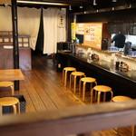 麺飯食堂 三羽鴉 - カウンター席とテーブル席