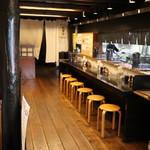 麺飯食堂 三羽鴉 - 左手柱にメニューがかけてあります。
