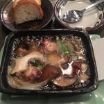 山食堂 - 蛸とツブ貝のアヒージョ(お一人様盛)900円