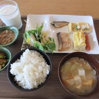 スイデンテラス-左中:塩納豆、左下:切干し大根と枝豆煮(だだちゃ豆ではありません)、右中:わんぱくオムレツ、その左が味噌粕鮭
