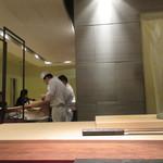 田久鮓 - 店内はコの字カウンターに個室あり