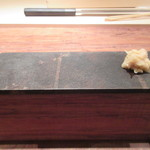 田久鮓 - カウンターの縁に工夫、ここに寿司皿