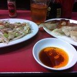 赤羽餃子センター - 左がヤサイイタメ 右が肉汁がじゅわっと溢れ出す看板メニューの餃子(注意:一人一皿まで)。