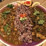 ナミニノカレー - クアトロチキンカレー&ラムキーマのあいがけカレー、ご飯の量は小