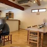 二三味珈琲 cafe - パソコンにも最適なテーブル席