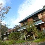 水辺のカフェ 三宅商店 酒津 - <秋>正面からの外観