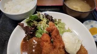衣笠 - 衣笠定食。左からハンバーグ、チキンカツ、海老フライ、白身魚フライ。
