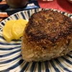 小料理家 せいこ - ◆じゃこと大葉の焼きおにぎり(250円)・・焼きおにぎり好きなのですが、表面に塗られたお醤油の量が丁度いいですね。 焼きおにぎりとしては美味しい品だと思います。