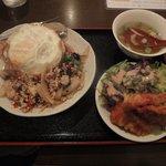 10186335 - 鶏肉バジル炒めライス(+一品;タイ風鶏のからあげ)