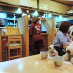 101860004 - こぢんまりとした店内はカウンター席とテーブル席。                       ボキらはテーブル席に座りました。
