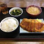一楽 - 料理写真:飯、汁、豚カツにサラダがないので叩きキュウリ