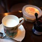 蜜蜂 - 大きなカップの温かいホットミルク♪