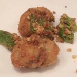 海鮮中国料理黄河 - フグ唐揚げ。上の粒々はカレー風味のサクサクパウダー。