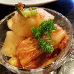 焼肉 充 - ⑩キムチ       今回は大根キムチと白菜キムチのセットでした♪       私には少し辛めですが、好きです♪