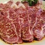 焼肉 充 - ④和牛上カルビ3枚       こちらも霜降りですが、神戸牛よりもサシの入りが大人しめ。       その分、赤身の肉々しさも感じられます。