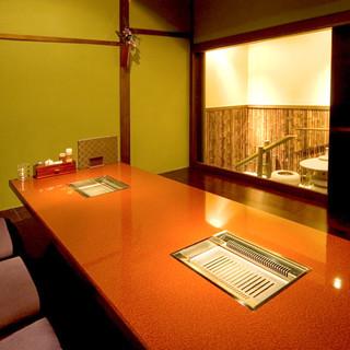 落ち着いた雰囲気の個室席は、接待や記念日などに最適です。