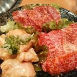 お肉屋さんの焼肉 まるやす - 左がホルモン、右が内ハラミ(インサイド?)、奥がハラミ全てタレで各1人前