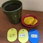 101899330 - セルフのお茶、たくわん、食券プレート