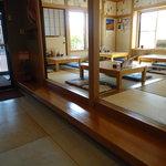 助八寿司 - お座敷は広々です。