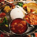 ヤタラ スパイス - ダルバート メイン2種(ラム&油かすと卵) 手前:ラム 中央:油かすと卵 奥:ダル(豆のスープ)