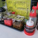 長浜ラーメン力 - 卓上の調味料。ここのラーメンは辛子高菜がよく合います。
