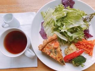 コロモ チャ ヤ - キッシュとサラダと紅茶のセット グリルドベジタブル添え 1300円