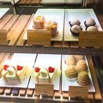 101920285 - 店主の人柄の現れている可愛いフォルムのケーキたち♪