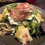 ノムカ+cafe - ◆前菜・・お野菜だけでなく一口サイズのお料理やハムなどが盛られボリュームある品。 ドレッシングは「シーザー」か「イタリアン」を選べます。 この品がランチ人気の秘訣だと勝手に思っています。(^^;)