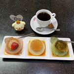 カスタードショップ ウオコー - ウオコーセット(1,050円)プリンはストロベリー・プレーン・抹茶 / コーヒー