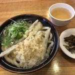 長住うどん - 料理写真:ごぼう天うどん=440円 小皿は昆布の煮物 サービス品