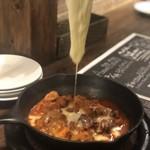 スパニッシュイタリアン Azzurro520 - ピリ辛牛もつのオーブン焼き、モッツァレラチーズ目の前のせ
