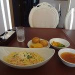 ヴィラ・ルーデンス - サーモンと半熟卵のカルボナーラ、自家製パン、スープ、日替わりサラダ(かぼちゃ)