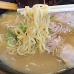 丸徳ラーメン - 麺は中細の縮れ麺