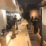 日本酒バル どろん - カウンターの奥にテーブル席が10人分ほどあります。