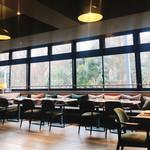 MORETHAN GRILL - 窓際のテーブル席