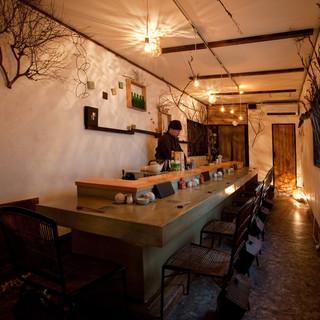 カウンターにワインボトルとワイングラスが似合うお寿司屋さん