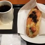 カフェ・ベローチェ - 焼きたてホットドック 博多明太(390円)/アメリカンコーヒー(200円)