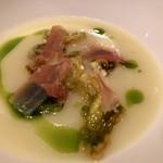 ラ ソスタ - ふきのとうと新玉ねぎ、モルタデッラ、チェチーナのスープ