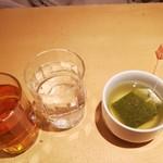 柿安 三尺三寸箸 - 左はミントティーとデトックスウォーター。右は緑茶